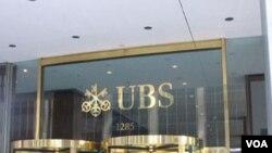 Pintu masuk gedung perbankan raksasa Swiss, UBS di Manhattan, New York.