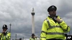 伦敦警察在2011年6月面对反对政府紧缩政策的抗议者(资料照)