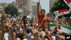 埃及總統穆爾西的支持者在議會下院目前高喊口號。