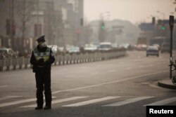 2014年1月上海街头警察在雾霾中戴口罩