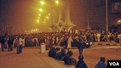Pasukan keamanan mengawasi demonstran yang memrotes pencabutan subsidi bensin yang menyebabkan harga bensin naik dua sampai tiga kali lipat dalam semalam.