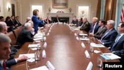 Ketua DPR Nancy Pelosi (berdiri) dalam pertemuan beberapa anggota Kongres AS dengan Presiden Donald Trump terkait Suriah di Gedung Putih, Rabu (16/10).