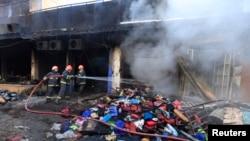 消防队员在向11月15日巴基斯坦拉瓦尔品第爆发的教派冲突中被焚烧的一家店铺喷水灭火。人权观察说,自从2012年以来,巴基斯坦今年有大约400名什叶派穆斯林死于有针对性的袭击事件。