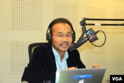"Preap Kol, Executive Director of Transparency International Cambodia, discusses ""Root Causes of Cambodia's Corruption 'Disease'"" on VOA Khmer's Hello VOA radio call-in show, Thursday, October 8, 2015. (Lim Sothy/VOA Khmer)"