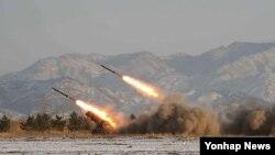 2009년 북한이 동해상으로 스커트 미사일을 발사할 당시, 조선중앙통신이 보도한 북한군 포사격 훈련 장면. (자료사진)