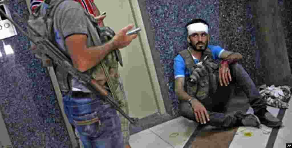 Seorang anggota Tentara Pembebasan Suriah setelah dirawat di rumah sakit darurat di Aleppo, Suriah, Jumat (17/8).