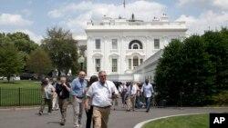 9일 미국 백악관 정례 브리핑 중 폭탄 공격 위협이 가해져 사람들이 건물 밖으로 대피하고 있다.