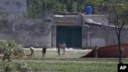 Des soldats pakistanais devant la maison où se cachait Ben Laden, au Pakistan.