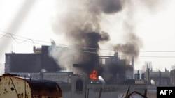 Khói bốc lên từ khu phố Baba Amr trong thành phố Homs sau các vụ pháo kích của chính phủ Syria, ngày 22/2/2012