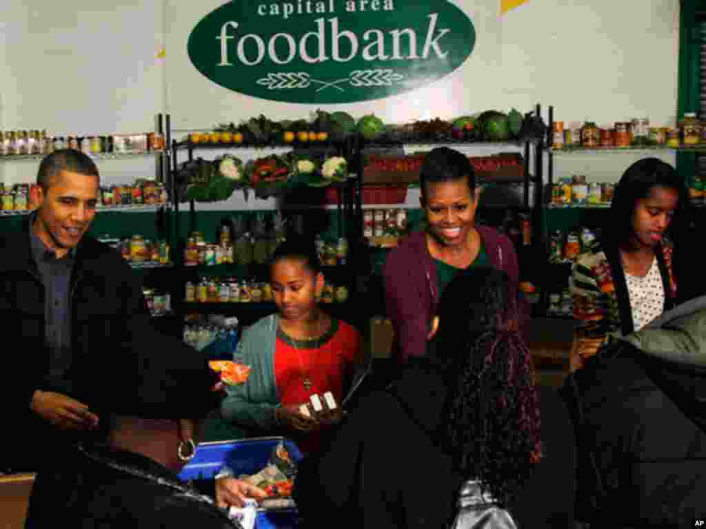 President Barack Obama, his wife Michelle and daughters had out food at a Washington food bank on the night before Thanksgiving.