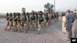 지난 2월 이라크 바그다드 북부 타지 기지에서 미군이 이라크 육군 훈련을 지원하고 있다. (자료사진)