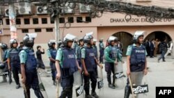 Cảnh sát đứng gác trước Thị trường chứng khoán Dhaka sau cuộc đụng độ với các nhà đầu tư, 19/1/2011