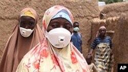 Ma'aikatan kiyon lafiya ne a nan suke aikin share wani gida don raba shi da dattin gubar dalmar da ta mamaye shi a kauyen Dareta dake Gusau, Nigeria.