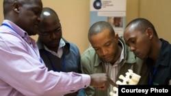 De futurs chirurgiens étudiant au Children's Hospital à Kijabe, au Kenya (Photo Lancet)