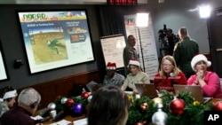 Tình nguyện viên NORAD theo dõi và cập nhật hành trình của ông già Noel đi phát quà ngày Giáng sinh.