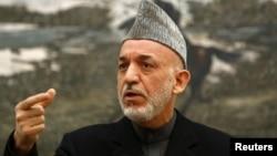 Presiden Afghanistan Hamid Karzai menerima pejabat Iran di Kabul hari Sabtu 5/1 (foto: dok).