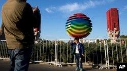 2014年11月6日一名男孩在APEC北京峰会标志附近拍照
