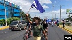 """Nicaraguenses piden la liberación de los presos políticos durante una """"Maratón por la Libertad"""", en Managua, el domingo 12 de agosto de 2018. Foto: Gesell Tobías."""
