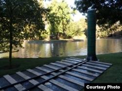 校园湖畔的纪念园林(Peter Stanek)