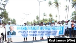 Marche des partisans du pouvoir à Lomé, Togo, 20 septembre 2017. (VOA/Kayi Lawson)