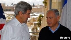 Ngoại trưởng Mỹ John Kerry nói chuyện với Thủ tướng Israel Benjamin Netanyahu tại Jerusalem, ngày 13/12/2013.