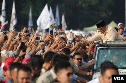 Capres 02 Prabowo Subianto, menyapa para pendukungnya di area sekitar Stadium GBK, Senayan, Jakarta, Minggu pagi (7/4) (Prabowo-Sandi Media Center).
