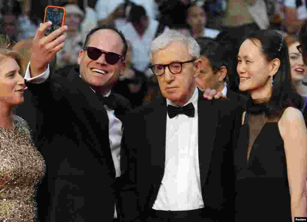 ARCHIVO - En la foto, un fan del director estadounidense Woody Allen (C) y su esposa Soon-Yi Previn cuando llegan a la alfombra roja en el 68º Festival de Cannes en Cannes, sur de Francia, el 15 de mayo de 2015. Allen es acusado de abuso sexual.