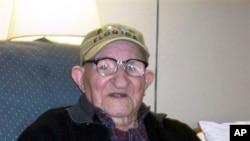 Cụ ông Salustiano Sanchez-Blazquez 112 tuổi được xem là người già nhất thế giới.