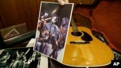 گیتار آکوستیک Martin D-28 «باب دیلن» موزیسین مشهور آمریکایی در حراجخانه «هریتج» دالاس، تگزاس