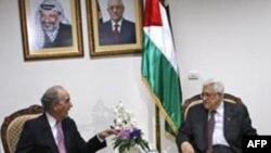 Праворуч: Джордж Мітчелл під час зустрічі з палестинським президентом Махмудом Аббасом