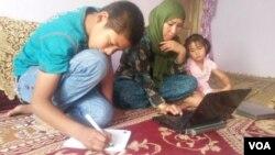 ناهید رضایی با دو کودک اش