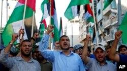 Warga Palestina di Gaza melakukan aksi demonstrasi tandingan untuk mengecam pawai oleh Kelompok Ultra Nasionalis Israel di Yerusalem, Selasa (15/6).