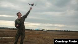 美国海军陆战队员2017年2月8日试验无人机(美国海军陆战队照片)