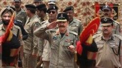 آرشیو: ادای احترام یک افسر مرزی پاکستان به همتای هندی خود (پشت به دوربین)