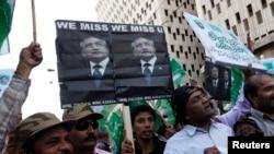 پرویز مشرف کے حامی کراچی میں ان کے حق میں مظاہرہ کر رہے ہیں۔ (فائل فوٹو)