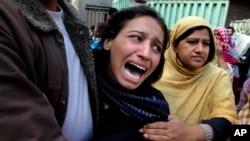 Seorang perempuan Kristen Pakistan berduka karena seorang angota keluarganya tewas dalam ledakan bon bunuh diri dekat dua gereja di Lahore, Pakistan, 15 Maret 2015. (AP Photo/K.M. Chaudary)
