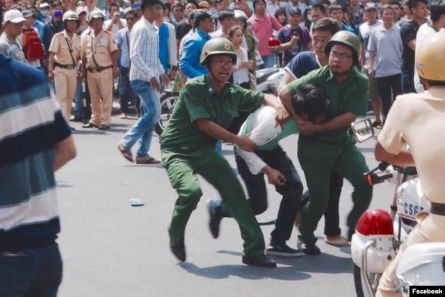 Chính quyền huy động đông đảo các lực lượng để ngăn cản,<br/> vây bắt người biểu tình, ngày 8/5/2016.