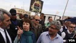 Ketua Kebijakan Luar Negeri Uni Eropa Catherine Ashton (tengah) merupakan pejabat luar negeri paling senior yang berkunjung ke Benghazi, Libya timur.