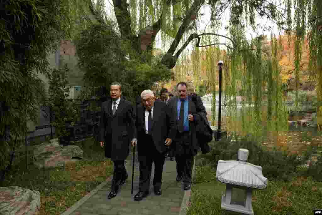 2018年11月8日,中国外交部长王毅与前美国国务卿基辛格走在北京钓鱼台国宾馆的园林之中。基辛格此行恰逢美国中期选举结束之后,美中外交安全对话前夕,以及美中元首11月底在G20峰会期间会晤之前。中国社交媒体近期曾盛传95岁的基辛格去世的谣言,以至于环球时报的环球网的一篇文章以《基辛格没去世!他还这样警告中美关系》为标题。