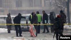 Polisi Afghanistan memeriksa lokasi serangan bom di Kabul (foto: dok). Serangan bom di Afghanistan timur hari Minggu (28/4) menewaskan 3 perwira polisi.