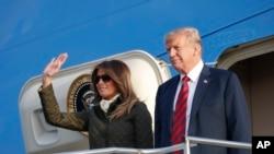 ប្រធានាធិបតី ត្រាំ និងស្ត្រីទី១ Melania Trump បានទៅដល់ព្រលានយន្តហោះ Glasgow Prestwick តាមយន្តហោះ Air Force One កាលពីថ្ងៃទី១៣ កក្កដា ២០១៨។