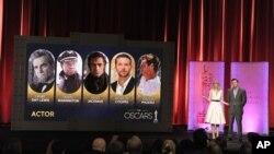Aktris Emma Stone dan pembawa acara piala Oscar 2013 Seth MacFarlane mengumumkan daftar nominasi penghargaan Academy Awards ke-85 di Beverly Hills, California (10/1). (Foto: Invision/AP)