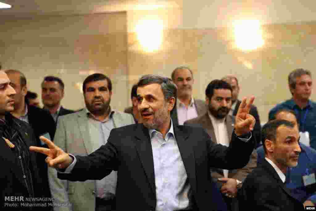 شکار محمود احمدی نژاد توسط عکاسان در روز دوم ثبت نام کاندیداهای انتخابات ریاست جمهوری عکس: محمد محسنی فر