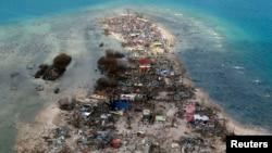 Filipinlerde tayfunda yerlebir olan kıyı kasabalarından birinin uçaktan çekilmiş görüntüsü