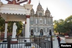 一位信徒2018年10月1日在北京的圣约瑟夫教堂外祈祷,这是一个政府认可的天主教堂。