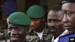 Shugaban juyin mulki na Mali Amadou Haya Sanogo, daga hagu, yayinda yake barin tashar jiragen sama na kasar daek Bamako.