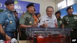 印尼軍方展示成功打撈失事客機的駕駛艙聲音記錄儀