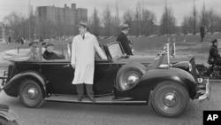 Agent Tajne službe stoji na specijalnoj platformi automobila predsednika Frenklina D. Ruzvelta, koji prevozi predsednika i Erla od Atlone, generalnog guvernera Kanade, tokom njegove posete Vašingtonu, 22. marta 1945.