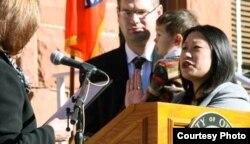 珍妮特·阮宣誓就职县政委员的历史镜头(奥兰治县政府档案照)