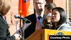 珍妮特·阮宣誓就職縣政委員的歷史鏡頭(奧蘭治縣政府檔案照)